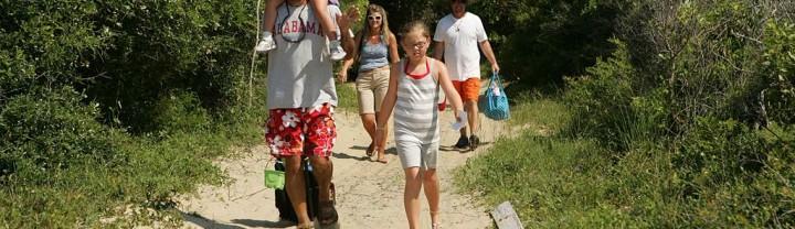 1024px-A_family_heads_towards_the_beach